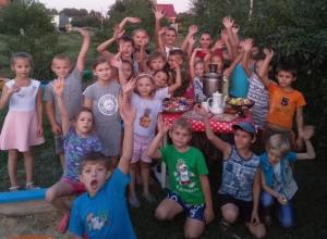 Праздник на детской площадке провели с самоваром и Бабой Ягой
