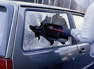 Бьют стекло и убегают: в Морозовске чаще стали происходить кражи из автомобилей