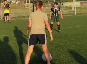 Участников предстоящего турнира взялись тренировать юные футболисты Морозовска