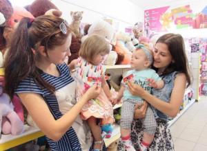 Двое призеров фотоконкурса «Самая чудесная улыбка ребенка» встретились в «Бегемотике»