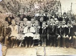 Детям с фотографии 4-го «В» школы имени «Мирошниченко» уже почти 70 лет