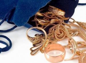 Золото на девяносто тысяч рублей украла женщина в хуторе Костино-Быстрянский Морозовского района