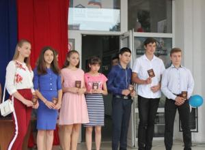 Юным гражданам в Морозовске вручили паспорта в День России