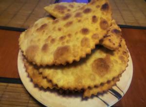 Тонкостями приготовления вкусных и сочных чебуреков поделилась корреспондент «Блокнота Морозовска»