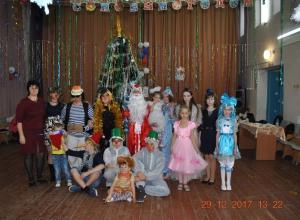 Буратино, Мальвина, Лиса Алиса, Кот Базилио и другие сказочные персонажи веселили детей Вишневки в Новый год