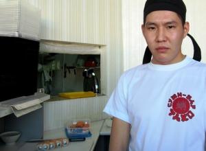 Мастер-класс по приготовлению роллов «Филадельфия-лайт» от повара суши-бара «Тако» попал на видео в Морозовске
