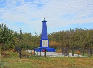 Над братской могилой в хуторе Покровском ещё в 1991 году шествовали ученики начальной школы