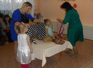 «Непоседы» выступили для мам с песнями, частушками, стихами и танцами