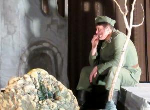 «Немец» из прошедшего в Морозовске спектакля «Сталинградская мадонна» стоял на могиле своего героя