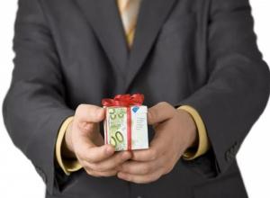 Морозовчанам напомнили о запрете дарить новогодние подарки должностным лицам