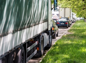 Депутат в Морозовске предложил запретить стоянки большегрузных автомобилей и прицепов возле жилых домов