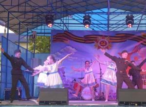 Красивые танцы и патриотичные песни показали морозовчанам артисты Дома детского творчества