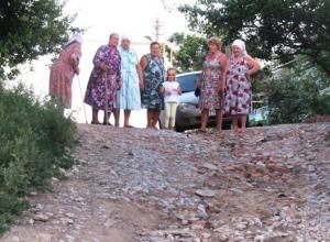 Недавние дожди заставили жителей самой проблемной улицы Морозовска записать видеообращение к мэру