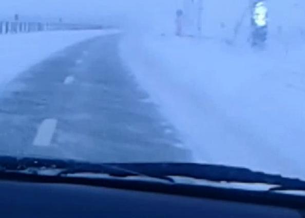 Опасная трасса: лобовое стекло на автомобиле морозовчанки замерзало прямо во время движения