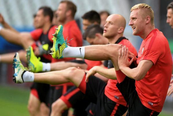 Болельщики в Морозовске назвали свои версии итогов матча Польша-Португалия