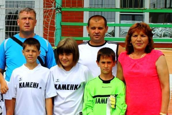 Футболисты из Морозовска сфотографировались с мамой игрока российской сборной Дениса Глушакова