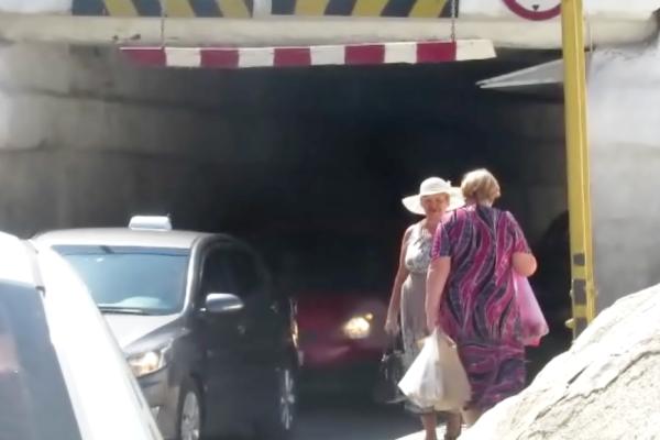 Живем в атомный век, а ходим по канализациям – опасный тоннель в центре Морозовска возмущает пешеходов