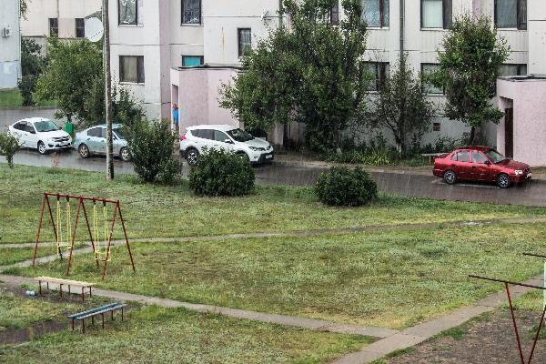 Бушующая стихия с ливнем и порывистым ветром настигла Морозовск