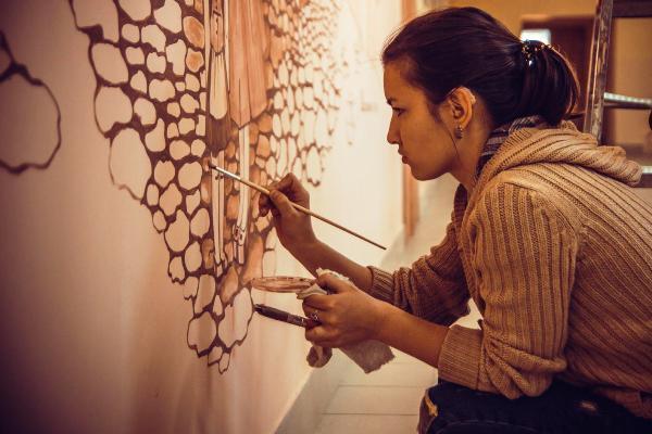 Фантастические интерьеры и потрясающие портреты создала слабослышащая художница из Морозовска