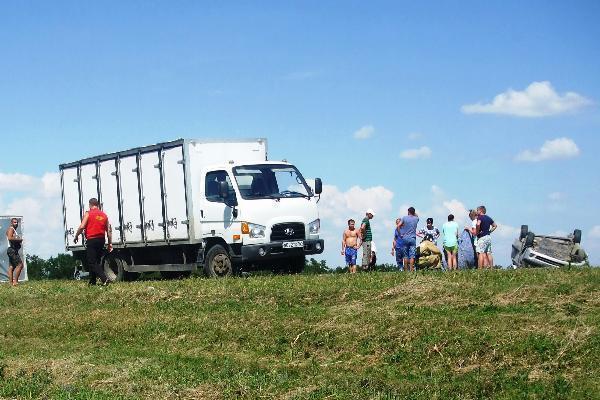 Девушка за рулём Хендая «протаранила» грузовик и попала в больницу в Морозовском районе