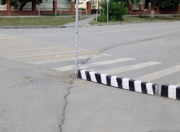 Появилось новое бетонное ограждение для безопасности пешеходов возле кафе «Арарат» в Морозовске