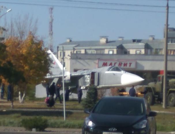 Настоящий самолет установили в качестве памятника рядом с Домом офицеров в Морозовск