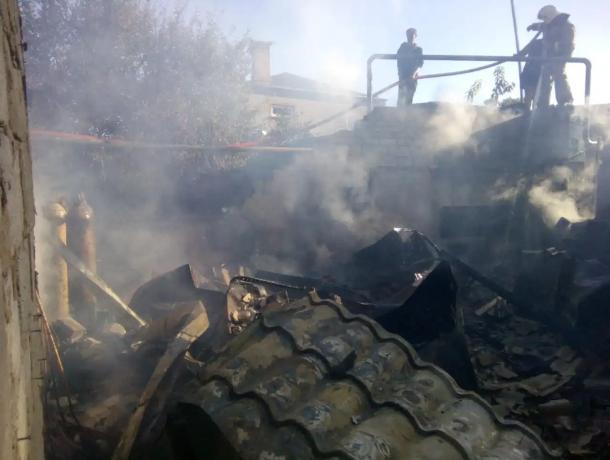 Хозяйственная постройка утром сгорела на улице Ворошилова в Морозовске