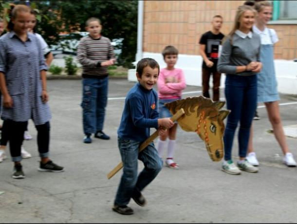 Волонтёры Морозовского района навестили детей из социального приюта