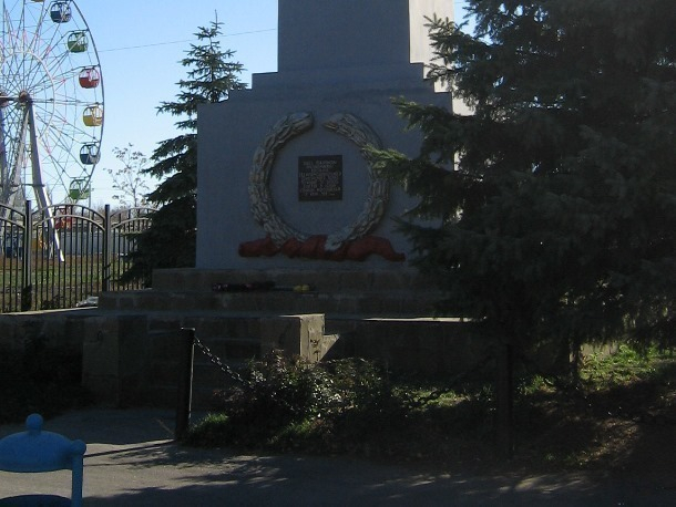 Противоречивая история: до смены доски на памятнике воинам-интернационалистам в центре Морозовска была указана совсем другая дата