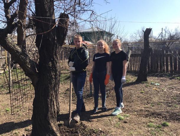 Ученики школы №4 навели порядок во дворе ребенка войны Нелли Еремеевны Дудняковой