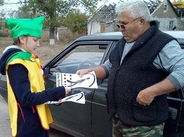 Юные инспекторы Донсковской школы попросили водителей быть терпимее к людям с белой тростью