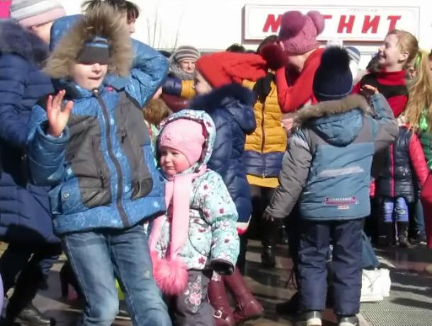 Зрители подхватили задор танцевального конкурса и устроили дискотеку у «Самолета» в Морозовске