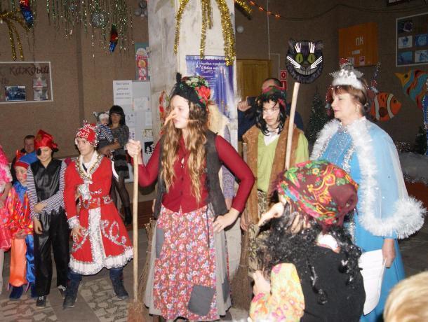 Представлением, дискотекой со сказочной старухой и подарками от настоящего Деда Мороза отметили Новый год в хуторе Вознесенский