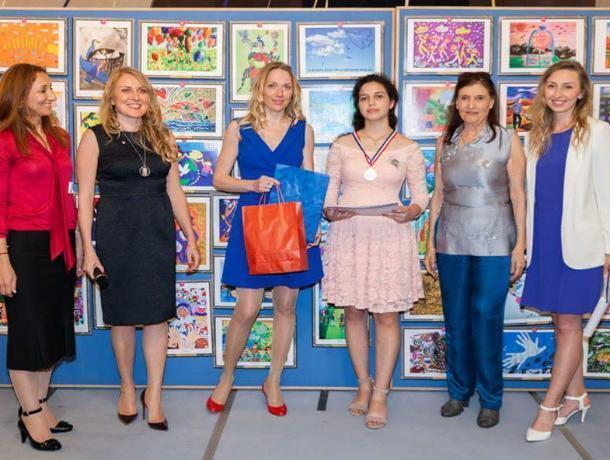 Морозовчанка-победительница международного конкурса рисунков побывала в Париже