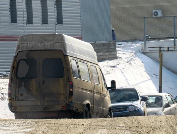 Газель с иногородними бегунами создала затор возле туннеля в центре Морозовска и попала на видео