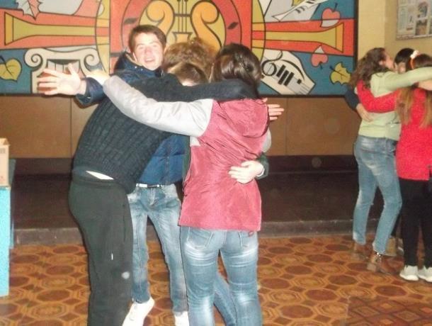 Конкурсно – игровую программу «Классная Компашка!» подготовили ко Дню смеха в хуторе Старопетровском