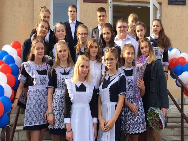 Анну Коробову и педагогов Луначарки с 8 марта поздравили ученики и родители