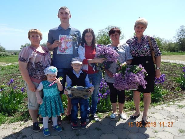 Теплыми стихами и душистой сиренью поздравили супружеские пары с Днем семьи работники Парамоновского Дома культуры