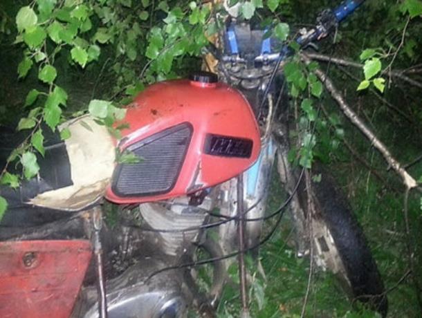 Подросток на мотоцикле врезался в дерево в Морозовском районе