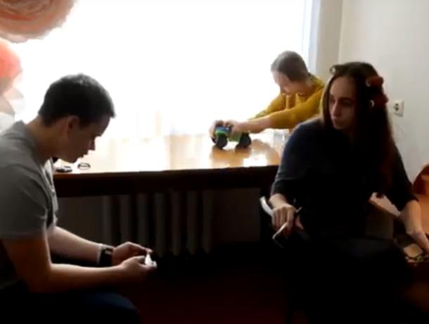 «Мама и поход в гости»: волонтеры Морозовска сыграли типичные семейные сборы