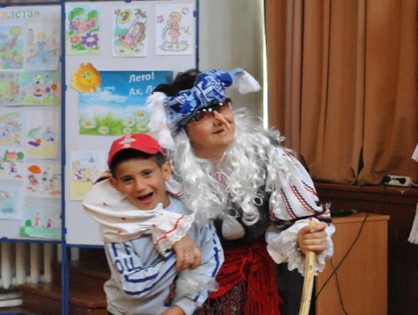Театрализованный праздник «Ура, детвора! Пришла летняя пора!» провели в сельском клубе хутора Вишневка