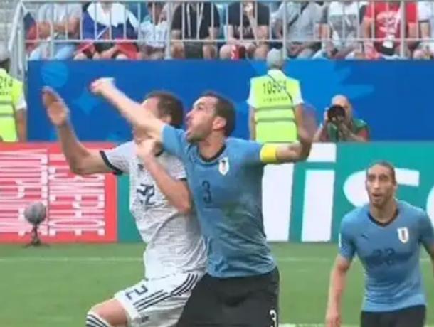 Пенальти на Дзюбе был, - эксперт из Морозовска о судействе матча россиян с уругвайцами