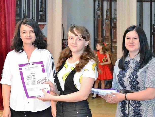 Одаренные ученики Детской школы искусств удостоились премии главы администрации Морозовского района