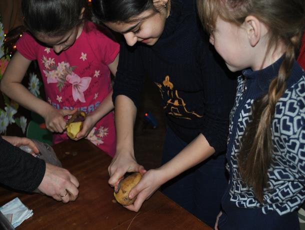 Конкурсную программу «А ну-ка, девушки!» организовали в сельском клубе хутора Вишневка