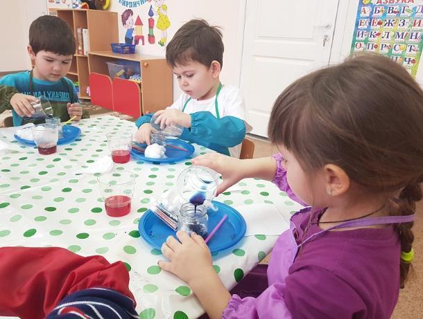 Познавательное занятие с элементами экспериментирования провели в канун Дня космонавтики в детском саду «Сказка»