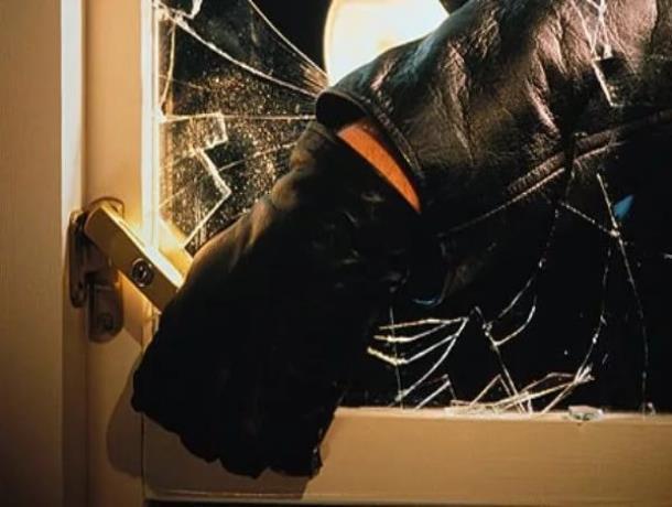 Грабителя в Морозовске поймали в магазине с поличным