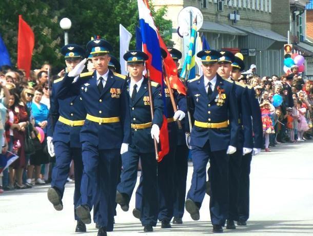 Красивый парад и большой «Бессмертный полк» прошли на главной площади Морозовска