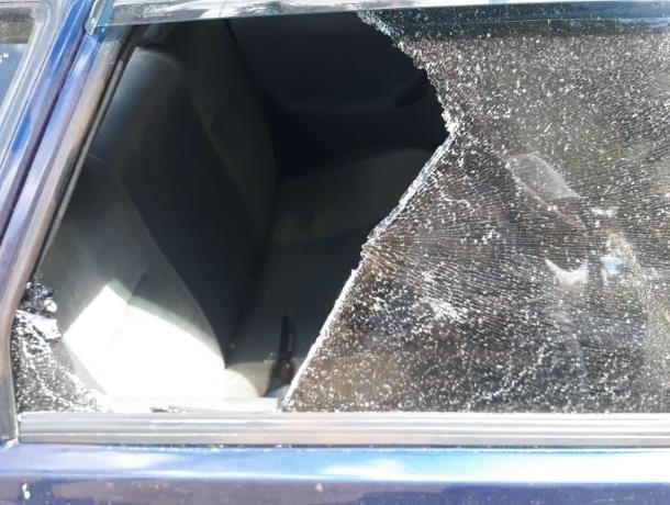 Вор в Морозовске разбил окно машины ради 150 рублей