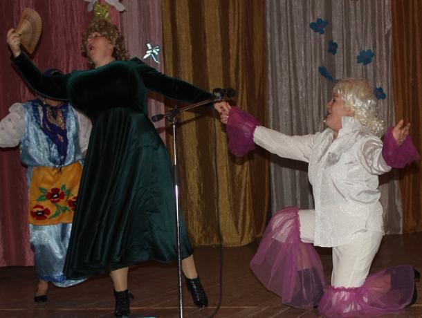 Концерт: «Я подарю улыбку маме!» в хуторе Парамонов прошел с необыкновенными юмористическими поздравлениями