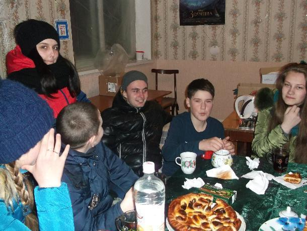 Мальчики участвовали в праздничных конкурсах вместе с девочками в клубе хутора Старопетровского